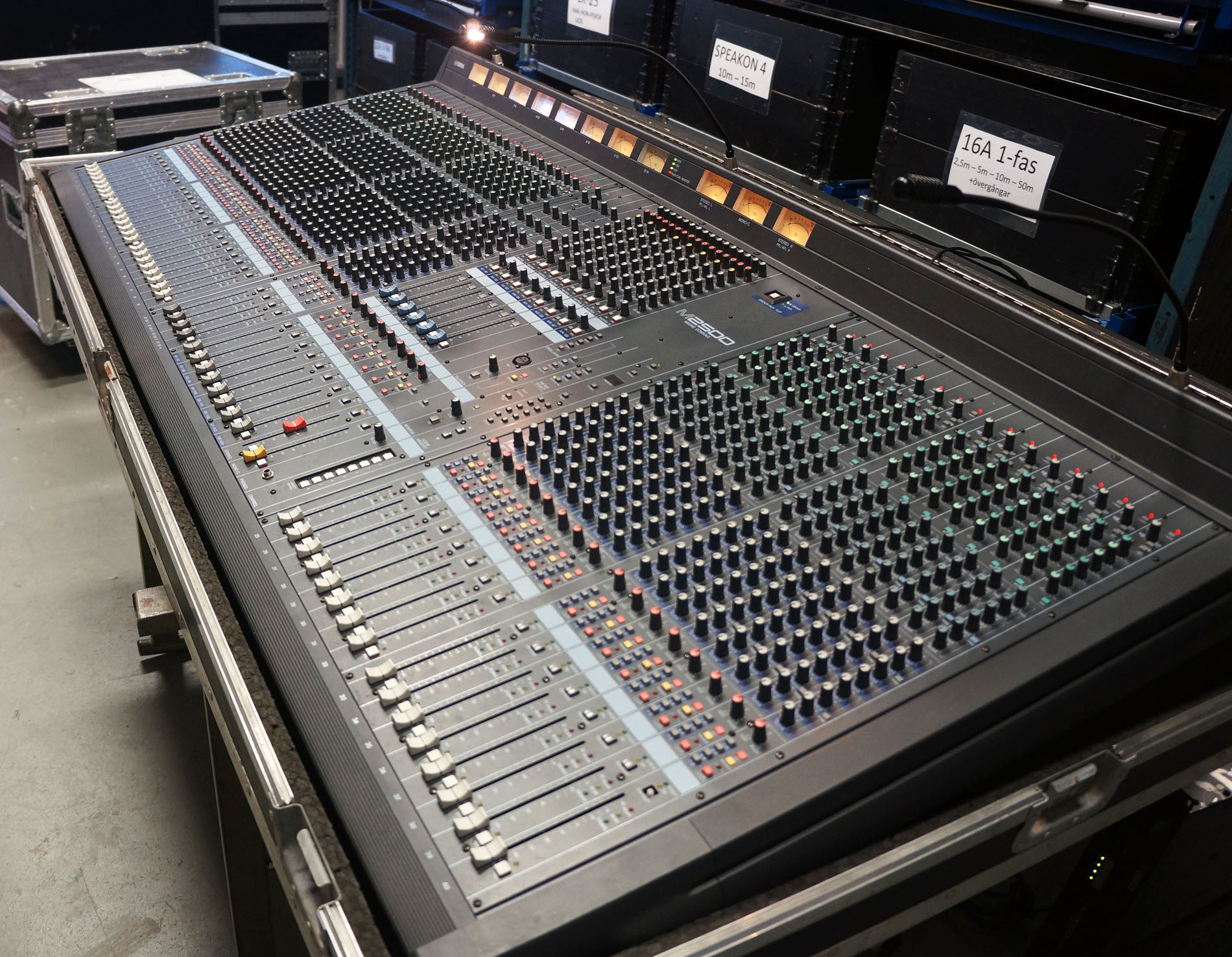 yamaha m2500 40c analog mixing console gearwise used av stage equipment. Black Bedroom Furniture Sets. Home Design Ideas